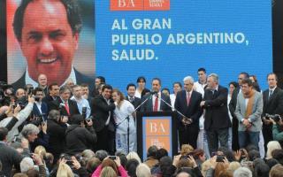 Funcionarios y militantes acompañaron al precandidato presidencial.