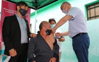 Vacunación Covid: El ministro Gollán aplicó la dosis al intendente de Ensenada