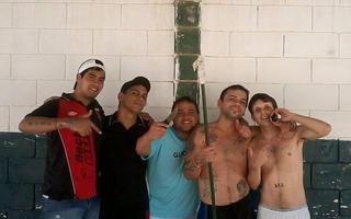 Los internos se toman fotografías exhibiendo las famosas lanzas tumberas. Foto: Sin Mordaza.