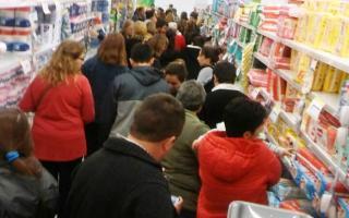 Hubo largas colas en todos los supermercados adheridos de la provincia. Foto: La Noticia 1.