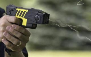 Pistolas Taser: El kirchnerismo busca prohibirlas en Provincia
