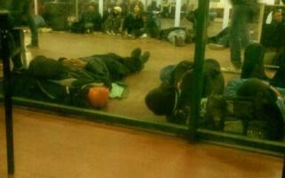 Decenas de jóvenes durmieron en los pasillos de la terminal. Foto: @llamayveras