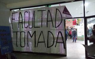 La Facultad de Humanidades, tomada por estudiantes. Foto: LaPlataYa