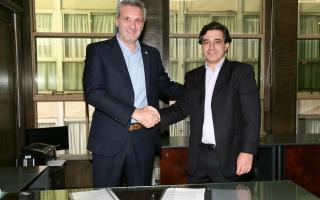 Firma del convenio entre la CNRT y el subsecretario Perotti.