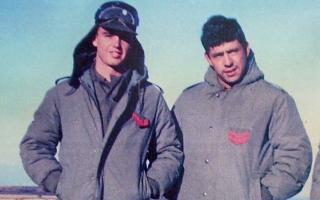 Tries, a la izquierda, durante la guerra en Malvinas.