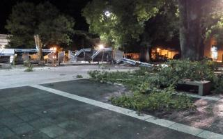 Destrozos en una plaza de Salto (Un salto a la noticia)