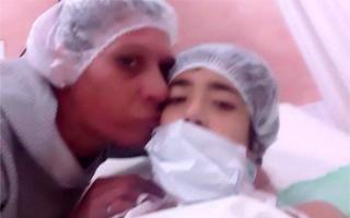 Oriana junto a Mariana -su madre- esperan un corazón.