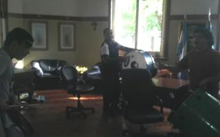 Con bombos, reclaman en el despacho de Guacone. Foto: LaNoticia1.com