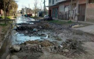 Agua, pozos y cascotes: La calle está intransitable.