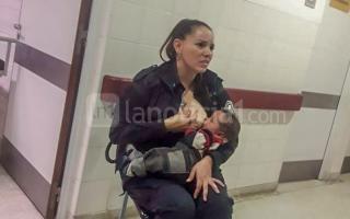 Tras ser hallado en la calle, una oficial de la Policía amantó al bebé hasta que recibió la atención médica.