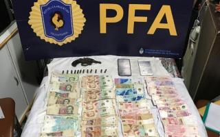 Se incautó un arma, municiones y dinero en efectivo.