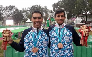 Zapata y Villamayor con el bronce. Foto: COA.