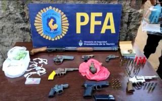 La Policía Federal secuestro drogas, balanzas y armas de fuego.