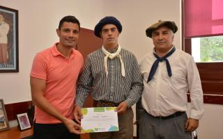 General Rodríguez: Intendente García entregó reconocimiento al jinete Gervasio Lennon, campeón en Jesús María