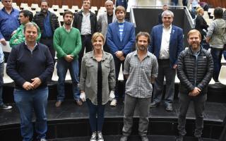 Los mandatarios locales o sus representantes junto al presidente del Mercado Central