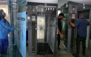 Las nuevas cabinas sanitizantes fueron instaladas en los accesos del Hospital municipal.