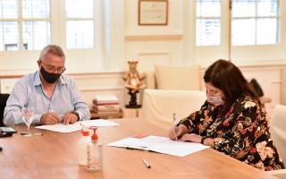 El jefe comunal, Julio Zamora, firmando el convenio.