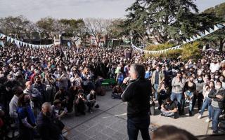 """Máximo Kirchner en Hurlingham: Ante militantes, pidió ir """"puerta por puerta"""" y dar """"una enorme elección de democracia"""""""