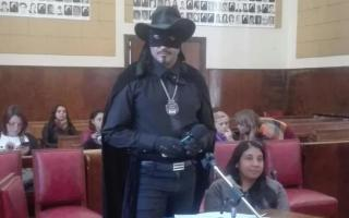 """El vecino irrumpió en el recinto disfrazado de """"El Zorro""""."""