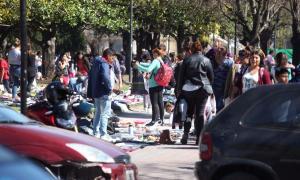 Cientos de puestos de venta callejera ocuparon el centro de La Plata. Foto: El Día.