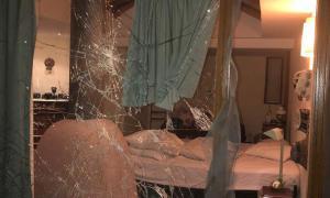 Ventanal atacado por los delincuentes para ingresar a la casa.