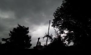 """En parte de la Provincia """"se hizo de noche"""" a las 18.30. Así se veía San Miguel. Foto: @Cecilia85223536."""