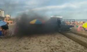 """El humo del camión """"flojo de aros"""" tapa a los turistas en plena playa."""