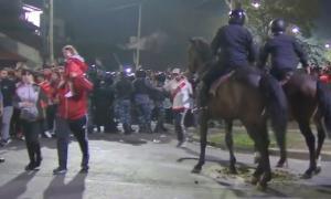 La policía agredió a los hinchas millonarios.