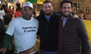 Rodrigo Sbarra (en el medio) cada vez más complicado.