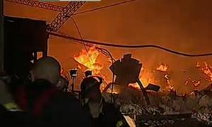Los bomberos trabajaron casi ocho horas para aplacar las llamas.