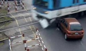 El conductor llegó a frenar a tiempo y el tren sólo embistió la trompa de su vehículo.