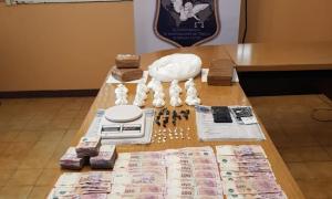 Efectivos de la Policía bonaerense secuestró dinero y varios kilos de droga. Foto: Prensa