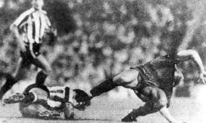 La falta que lesionó a Maradona. Foto: La Nación.