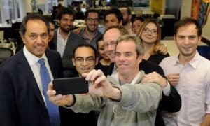 Scioli visitó las oficinas de Facebook y contestó preguntas de usuarios.