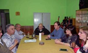 Erreca, en pleno diálogo con vecinos de Pirovano. Foto: Cambiemos Bolívar.