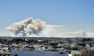 La impresionante columna de fuego desde la ciudad de San Pedro. Foto: Laura Bernasconi