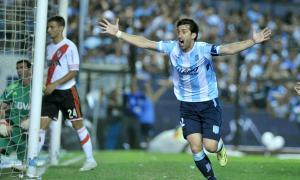 Milito festeja el gol en contra de Funes Mori.