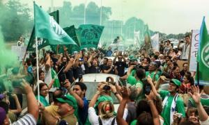 Trabajadores reclamaron la reactivación de Fabricaciones Militares de Azul. Foto: Prensa