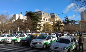 Protesta de taxistas porteños y platenses contra Uber frente a la Legislatura. Foto: DIB
