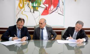 Perechodnik, Santoro y Ferrari, a la firma del convenio. Foto: Avellaneda Hoy.