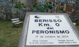 """Mojón con la leyenda """"Berisso, Kilómetro 0 del peronismo"""""""