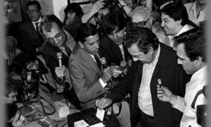 Alfonsín votando ante decenas de periodistas en 1983.