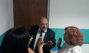 Arroyo enfrentó a representantes docentes que querían ingresar a la reunión.