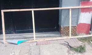 El local partidario amaneció con destrozos en la fachada.