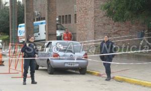 El auto en el que se movilizaba la joven quedó a contramano frente a la puerta del Hospital local. Foto: Unsaltoalanoticia