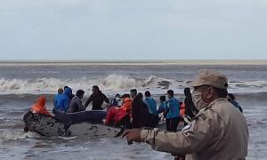 Video: Lograron rescatar una ballena encallada en la costa (Nueva Atlantis Portal de Noticia)