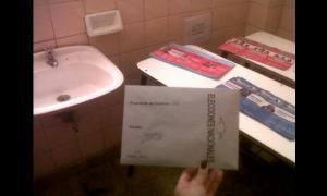 En La Tablada, un cuarto oscuro se montó en un pequeño baño.