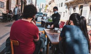 Segunda ola en Ciudad: La escuela secundaria tendrá bimodalidad y bares y restaurantes funcionarán hasta las 23