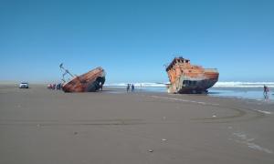 La sudestada partió al medio el barco Pagrus I encallado en 2006, un atractivo turístico en San Cayetano