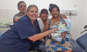 El primer bebé nacido en el nuevo Hospital Municipal de Santa Teresita se llama Julio. Foto: Prensa